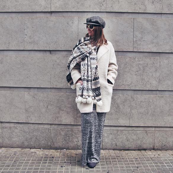15-colgadas-de-una-percha-carla-kissler-vestido-largo-de-punto-gris-grey-long-knitted-dress-white-teddy-coat-blanco-9