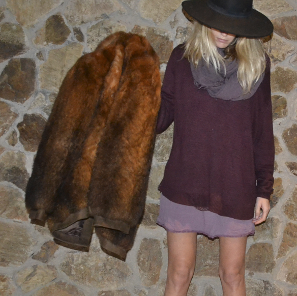 15-colgadas-de-una-percha-gina-carreras-navidad-christmas-marsala-abrigo-pelo-fur-coat-sombrero-hat-2