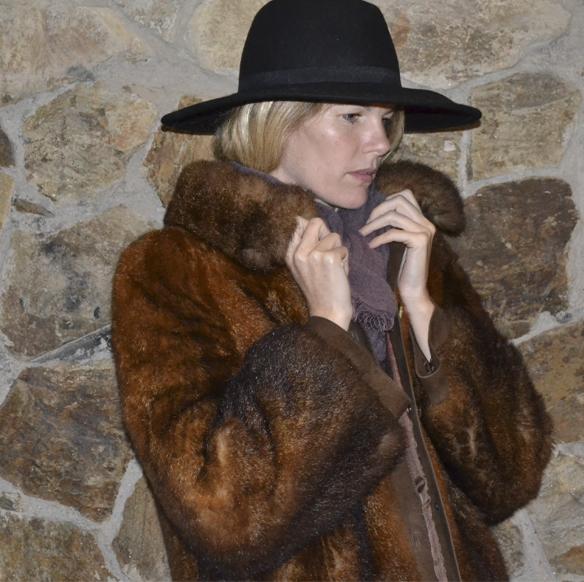 15-colgadas-de-una-percha-gina-carreras-navidad-christmas-marsala-abrigo-pelo-fur-coat-sombrero-hat-5