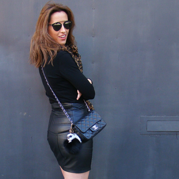 15-colgadas-de-una-percha-marta-r-leather-mini-skirt-mini-falda-cuero-camisa-anudada-cadera-shirt-tied-around-the-hips-2