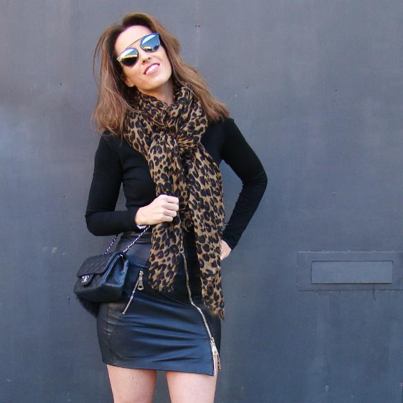 15-colgadas-de-una-percha-marta-r-leather-mini-skirt-mini-falda-cuero-camisa-anudada-cadera-shirt-tied-around-the-hips-4