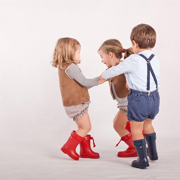 15-colgadas-de-una-percha-saltando-kids-salt-&-do-kids-zapatos-niños-niñas-barcelona-calzado-infantil-children-footwear-12