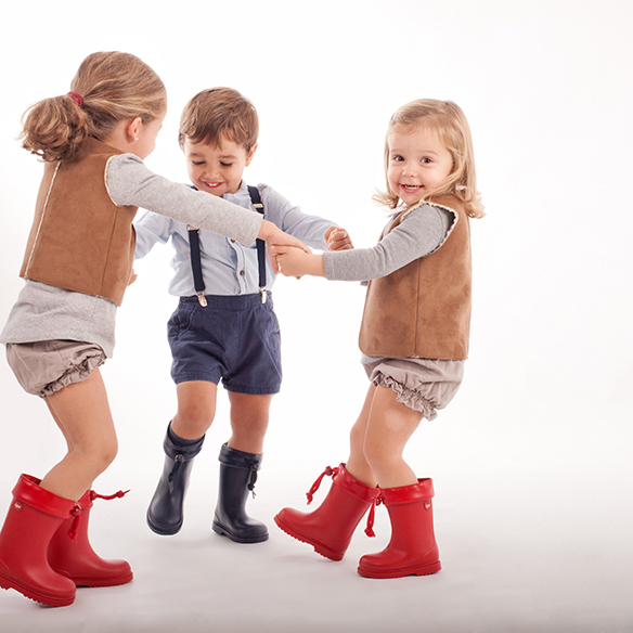 15-colgadas-de-una-percha-saltando-kids-salt-&-do-kids-zapatos-niños-niñas-barcelona-calzado-infantil-children-footwear-13