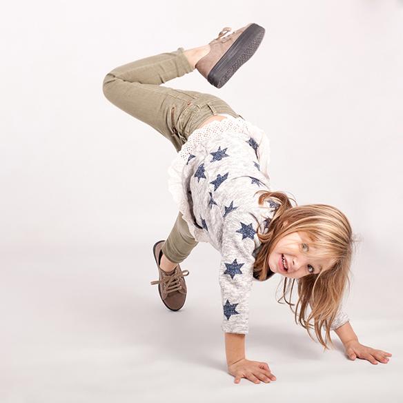 15-colgadas-de-una-percha-saltando-kids-salt-&-do-kids-zapatos-niños-niñas-barcelona-calzado-infantil-children-footwear-15