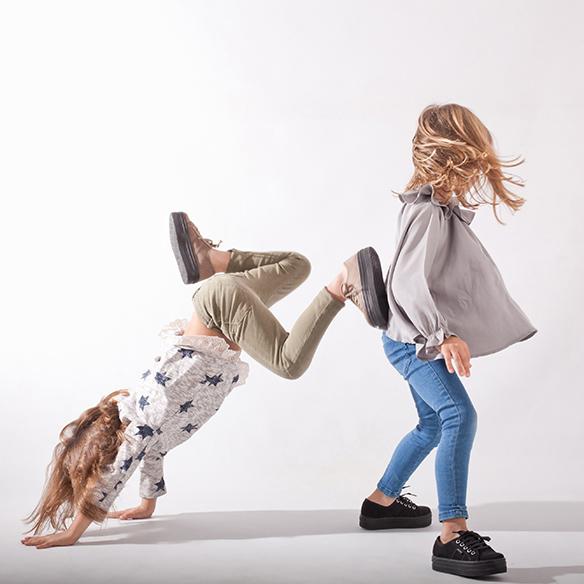 15-colgadas-de-una-percha-saltando-kids-salt-&-do-kids-zapatos-niños-niñas-barcelona-calzado-infantil-children-footwear-17