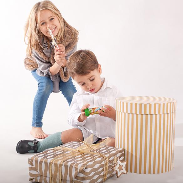15-colgadas-de-una-percha-saltando-kids-salt-&-do-kids-zapatos-niños-niñas-barcelona-calzado-infantil-children-footwear-22