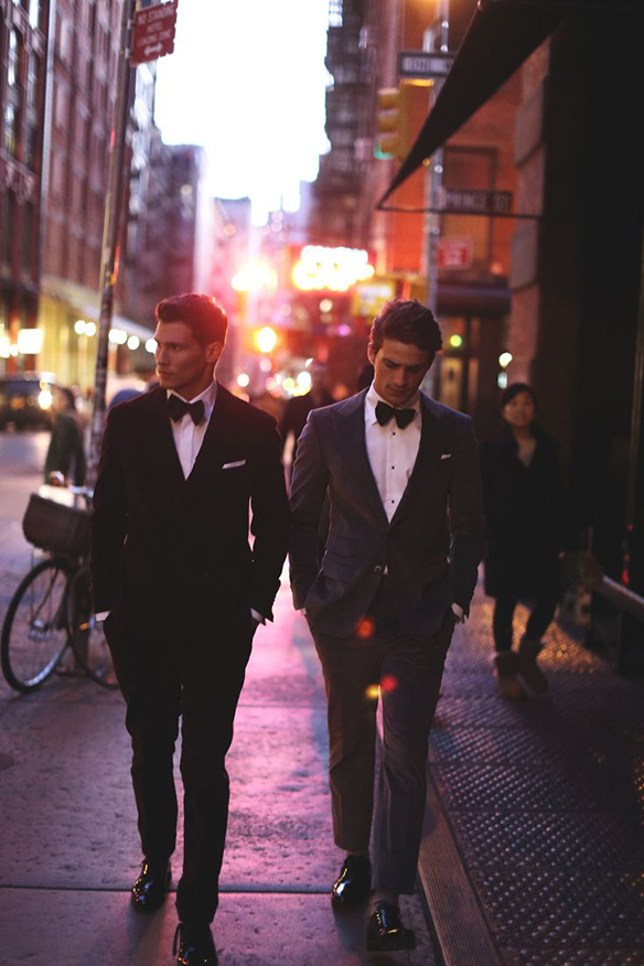 15-colgadas-de-una-percha-sunday-man-day-look-outfit-hombre-men-menswear-moda-masculina-pajarita-bow-tie-camisa-blanca-botones-negros-black-buttoned-white-shirt-traje-negro-tobillero-black-suit-ankle-trousers