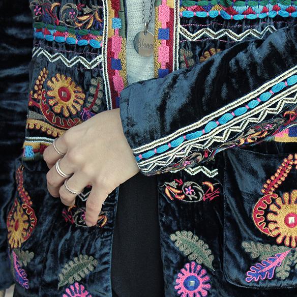 15-colgadas-de-una-percha-blanche-chaqueta-terciopelo-colores-color-velvet-jacket-india-ethnic-print-estampado-etnico-4