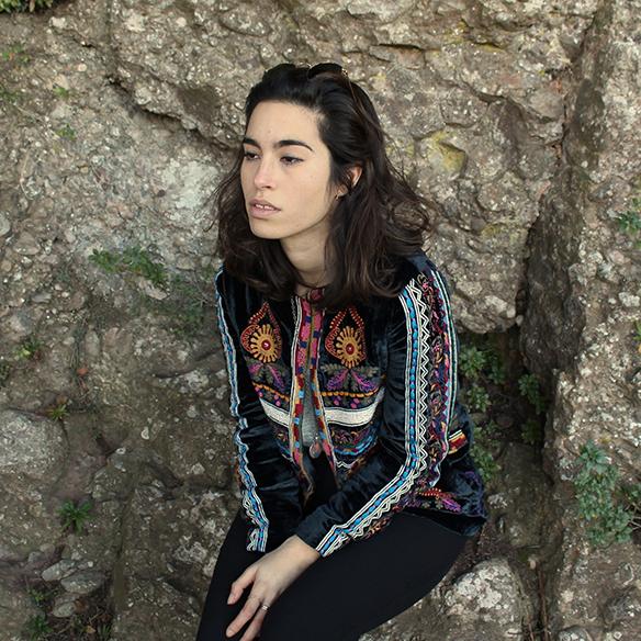 15-colgadas-de-una-percha-blanche-chaqueta-terciopelo-colores-color-velvet-jacket-india-ethnic-print-estampado-etnico-5