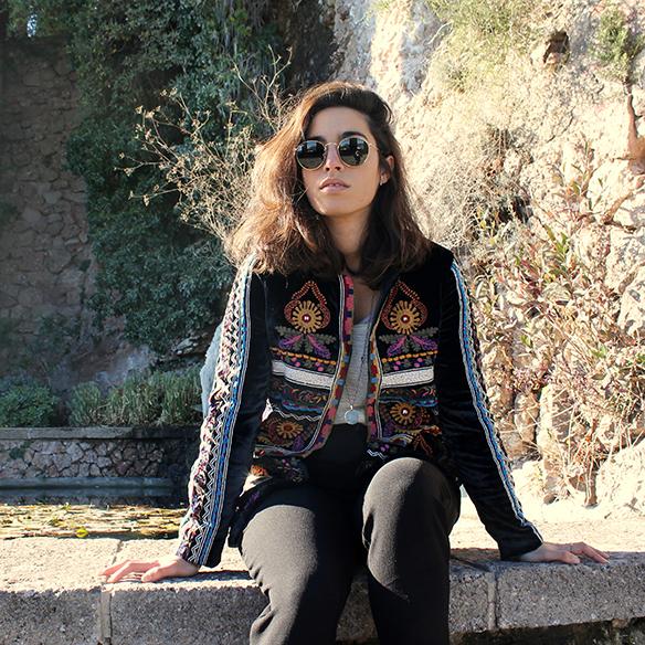 15-colgadas-de-una-percha-blanche-chaqueta-terciopelo-colores-color-velvet-jacket-india-ethnic-print-estampado-etnico-7