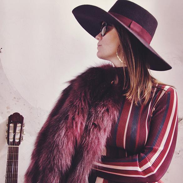 15-colgadas-de-una-percha-carla-kissler-70s-burgundy-burdeos-vestido-midi-dress-fur-coat-abrigo-de-pelo-botines-booties-sombrero-hat-2