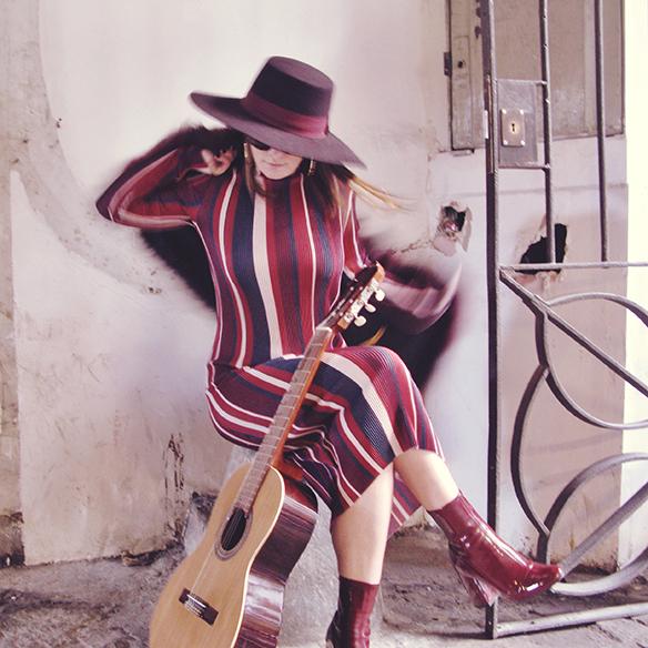 15-colgadas-de-una-percha-carla-kissler-70s-burgundy-burdeos-vestido-midi-dress-fur-coat-abrigo-de-pelo-botines-booties-sombrero-hat-3