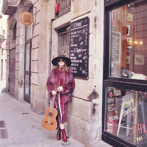 15-colgadas-de-una-percha-carla-kissler-70s-burgundy-burdeos-vestido-midi-dress-fur-coat-abrigo-de-pelo-botines-booties-sombrero-hat-4