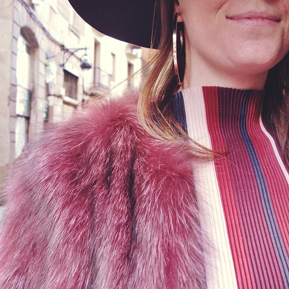 15-colgadas-de-una-percha-carla-kissler-70s-burgundy-burdeos-vestido-midi-dress-fur-coat-abrigo-de-pelo-botines-booties-sombrero-hat-5