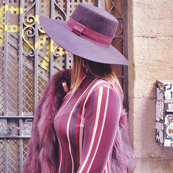 15-colgadas-de-una-percha-carla-kissler-70s-burgundy-burdeos-vestido-midi-dress-fur-coat-abrigo-de-pelo-botines-booties-sombrero-hat-6