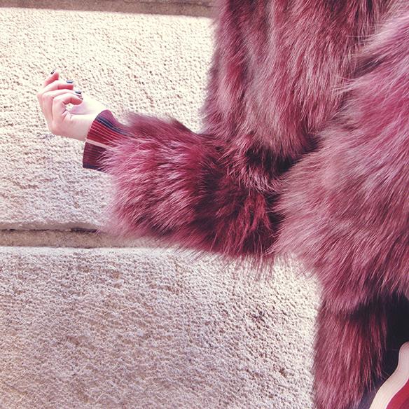 15-colgadas-de-una-percha-carla-kissler-70s-burgundy-burdeos-vestido-midi-dress-fur-coat-abrigo-de-pelo-botines-booties-sombrero-hat-7