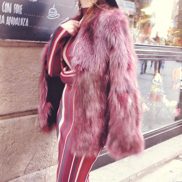 15-colgadas-de-una-percha-carla-kissler-70s-burgundy-burdeos-vestido-midi-dress-fur-coat-abrigo-de-pelo-botines-booties-sombrero-hat-8