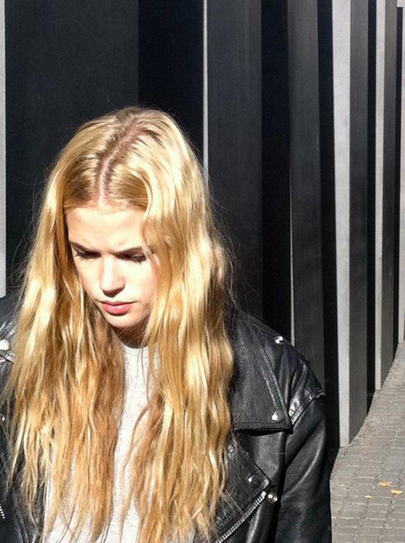 15-colgadas-de-una-percha-tendencias-peinados-pelo-hair-hairstyles-trends-raya-marcada-marked-part-parting-4