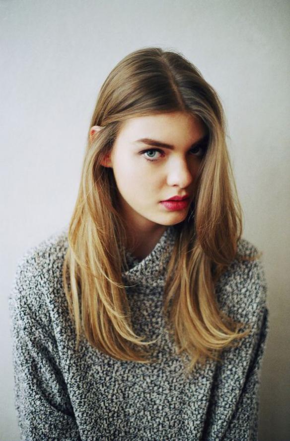 15-colgadas-de-una-percha-tendencias-peinados-pelo-hair-hairstyles-trends-raya-marcada-marked-part-parting-5