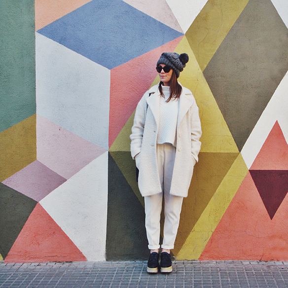 15-colgadas-de-una-percha-carla-kissler-white-winter-invierno-blanco-total-white-look-gorro-beanie-crop-teddy-coat-10