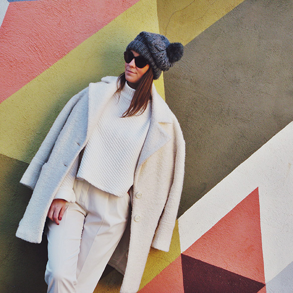 15-colgadas-de-una-percha-carla-kissler-white-winter-invierno-blanco-total-white-look-gorro-beanie-crop-teddy-coat-3