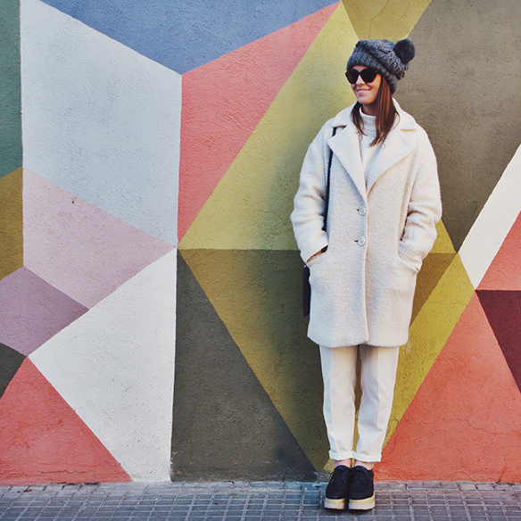 15-colgadas-de-una-percha-carla-kissler-white-winter-invierno-blanco-total-white-look-gorro-beanie-crop-teddy-coat-4