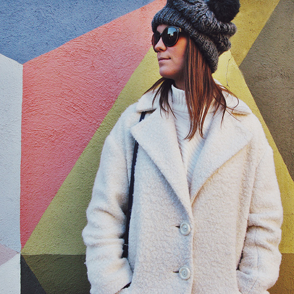15-colgadas-de-una-percha-carla-kissler-white-winter-invierno-blanco-total-white-look-gorro-beanie-crop-teddy-coat-5