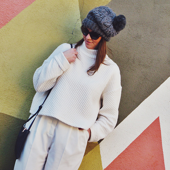 15-colgadas-de-una-percha-carla-kissler-white-winter-invierno-blanco-total-white-look-gorro-beanie-crop-teddy-coat-9