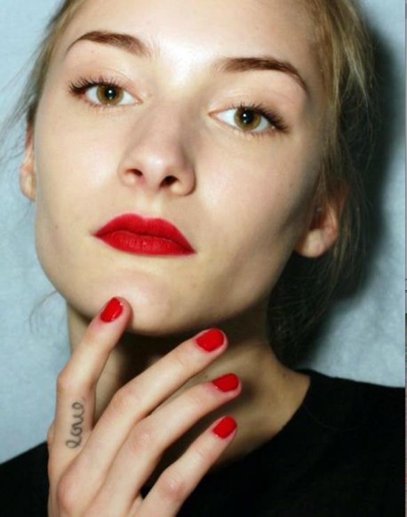 15-colgadas-de-una-percha-maquillaje-make-up-fw-oi-fall-winter-15-16-labios-cereza-rojo-marsala-granate-red-cherry-marsala-maroon-lips-2