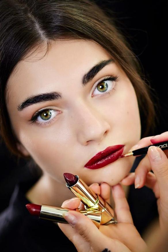 15-colgadas-de-una-percha-maquillaje-make-up-fw-oi-fall-winter-15-16-labios-cereza-rojo-marsala-granate-red-cherry-marsala-maroon-lips-3