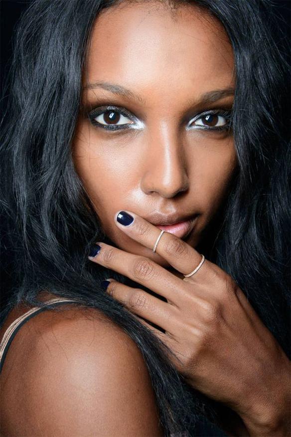 15-colgadas-de-una-percha-maquillaje-make-up-fw-oi-fall-winter-15-16-uñas-oscuras-dark-nails-1