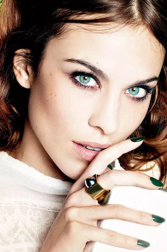 15-colgadas-de-una-percha-maquillaje-make-up-fw-oi-fall-winter-15-16-uñas-oscuras-dark-nails-3