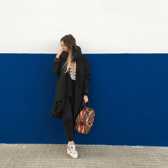 15-colgadas-de-una-percha-mom-jeans-bambas-trainers-ethnic-bag-bolso-etnico-bufanda-scarf-anna-duarte-7