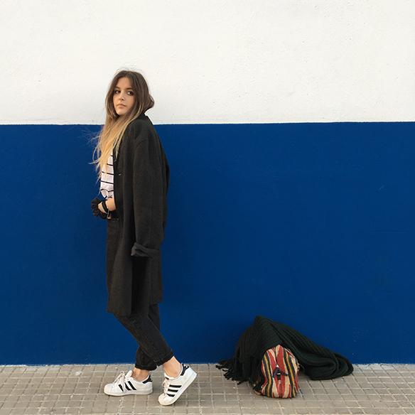 15-colgadas-de-una-percha-mom-jeans-bambas-trainers-ethnic-bag-bolso-etnico-bufanda-scarf-anna-duarte-8
