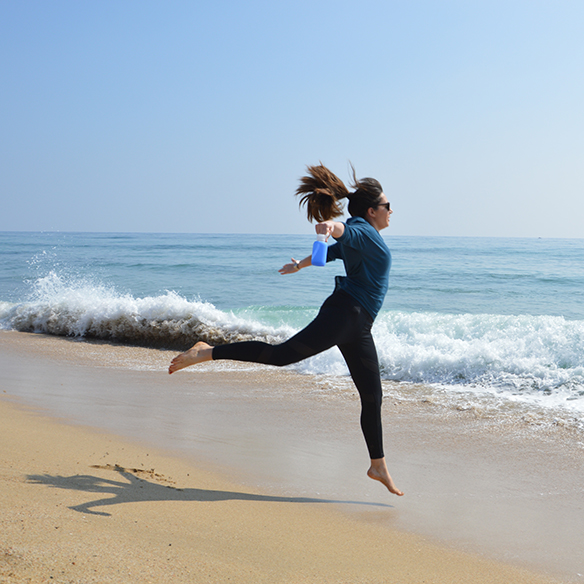 15-colgadas-de-una-percha-alicia-alvarez-botellas-bkr-bottles-de-grupens-com-deporte-sports-agua-water-yoga-1