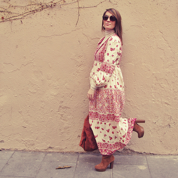 15-colgadas-de-una-percha-carla-kissler-maxi-vestido-boho-dress-invierno-winter-cuello-alto-turtleneck-aros-hoops-3
