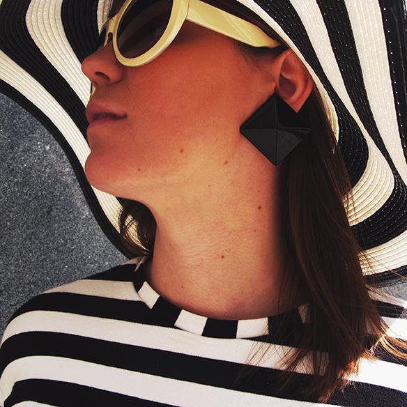 15-colgadas-de-una-percha-carla-kissler-resort-2016-cruise-crucero-entretiempo-mid-season-rayas-stripes-pamela-botines-booties-gabardina-trench-4