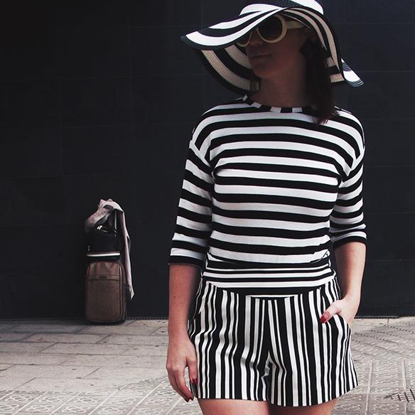 15-colgadas-de-una-percha-carla-kissler-resort-2016-cruise-crucero-entretiempo-mid-season-rayas-stripes-pamela-botines-booties-gabardina-trench-7