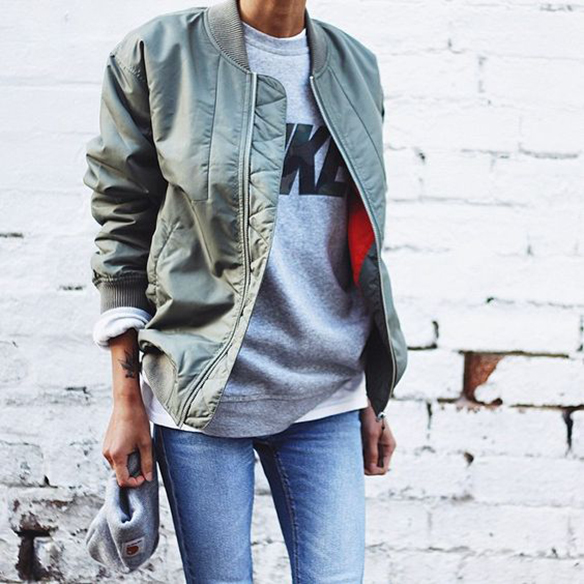 15-colgadas-de-una-percha-15-looks-we-love-outfits-bombers-chaqueta-bomber-13