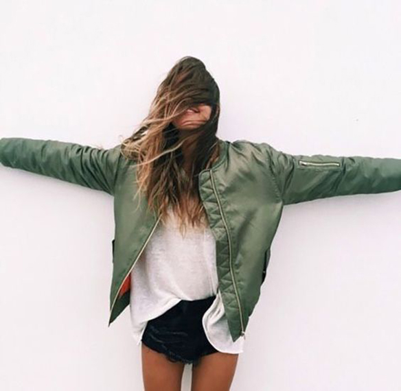 15-colgadas-de-una-percha-15-looks-we-love-outfits-bombers-chaqueta-bomber-4