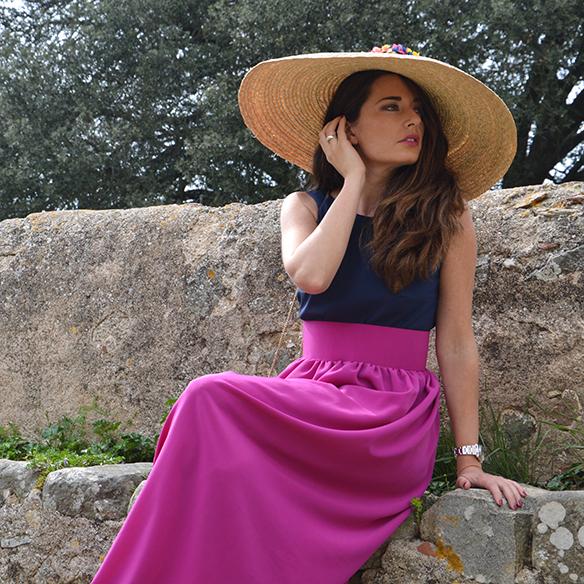 15-colgadas-de-una-percha-alicia-alvarez-bodas-weddings-looks-outfits-falda-larga-bugambilia-top-azul-noche-pamela-corona-flores-bolso-dorado-1