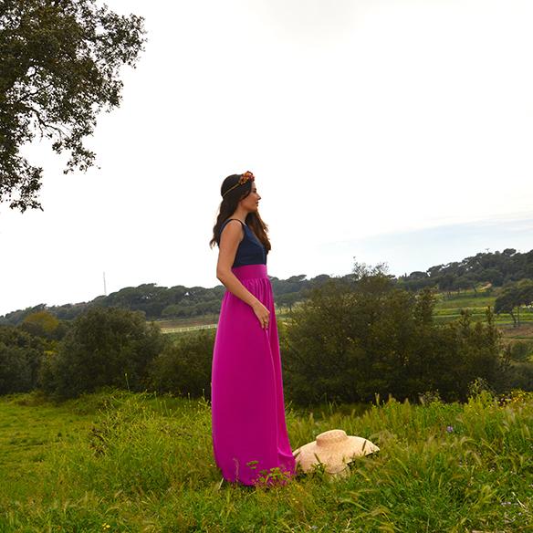 15-colgadas-de-una-percha-alicia-alvarez-bodas-weddings-looks-outfits-falda-larga-bugambilia-top-azul-noche-pamela-corona-flores-bolso-dorado-12