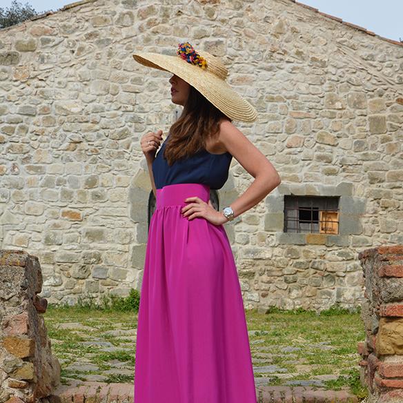 15-colgadas-de-una-percha-alicia-alvarez-bodas-weddings-looks-outfits-falda-larga-bugambilia-top-azul-noche-pamela-corona-flores-bolso-dorado-2