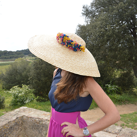15-colgadas-de-una-percha-alicia-alvarez-bodas-weddings-looks-outfits-falda-larga-bugambilia-top-azul-noche-pamela-corona-flores-bolso-dorado-5