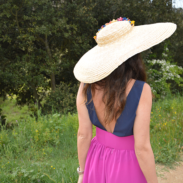 15-colgadas-de-una-percha-alicia-alvarez-bodas-weddings-looks-outfits-falda-larga-bugambilia-top-azul-noche-pamela-corona-flores-bolso-dorado-7