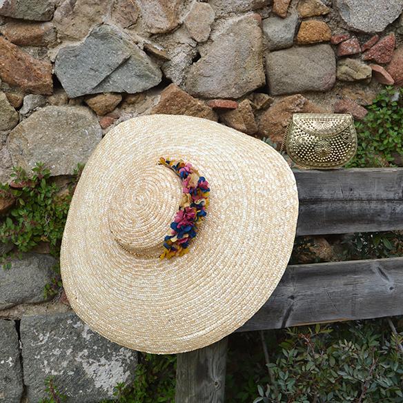 15-colgadas-de-una-percha-alicia-alvarez-bodas-weddings-looks-outfits-falda-larga-bugambilia-top-azul-noche-pamela-corona-flores-bolso-dorado-8