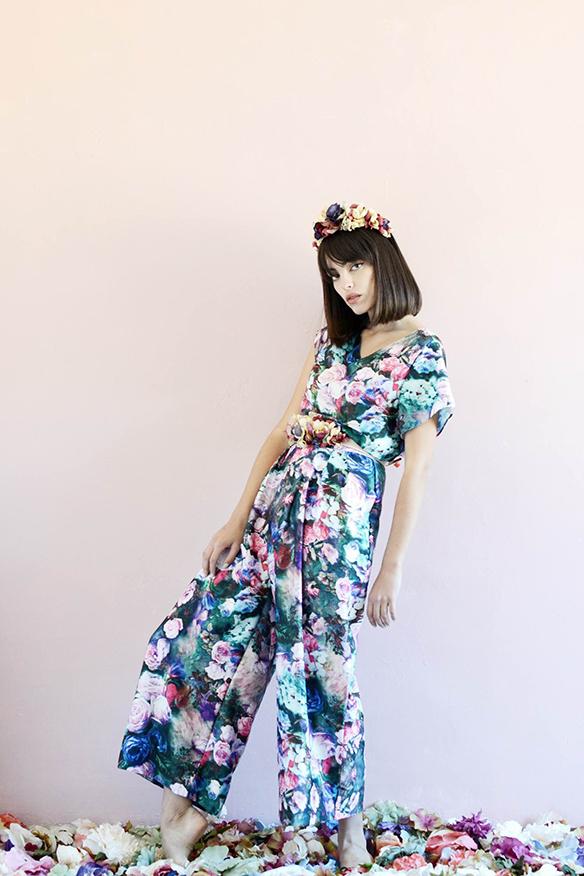 15-colgadas-de-una-percha-eliurpi-eli-urpi-bodas-weddings-looks-outfits-flores-flowers-coronas-hairwreaths-pamelas-canotiers-bolsos-cinturones-de-flores-floral-1