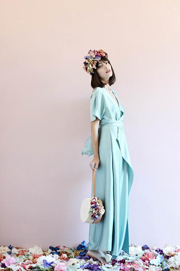 15-colgadas-de-una-percha-eliurpi-eli-urpi-bodas-weddings-looks-outfits-flores-flowers-coronas-hairwreaths-pamelas-canotiers-bolsos-cinturones-de-flores-floral-10