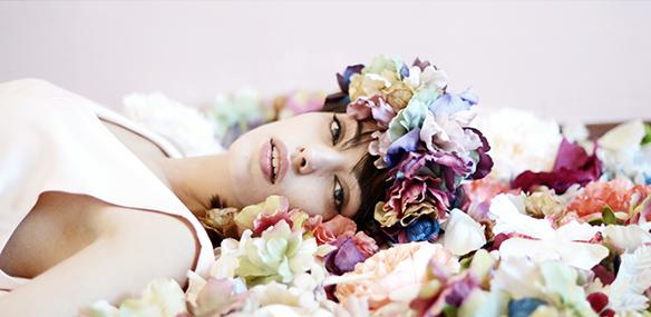 15-colgadas-de-una-percha-eliurpi-eli-urpi-bodas-weddings-looks-outfits-flores-flowers-coronas-hairwreaths-pamelas-canotiers-bolsos-cinturones-de-flores-floral-2