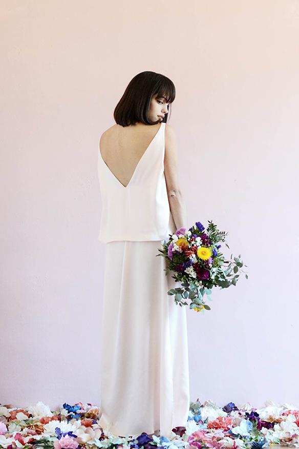 15-colgadas-de-una-percha-eliurpi-eli-urpi-bodas-weddings-looks-outfits-flores-flowers-coronas-hairwreaths-pamelas-canotiers-bolsos-cinturones-de-flores-floral-6